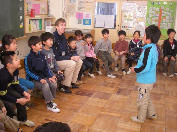 小学校1年生から英語活動の授業を行っています1