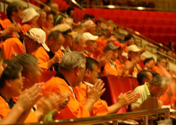 ツアー参加者はお揃いの「オレンジ色の法被」を着て応援